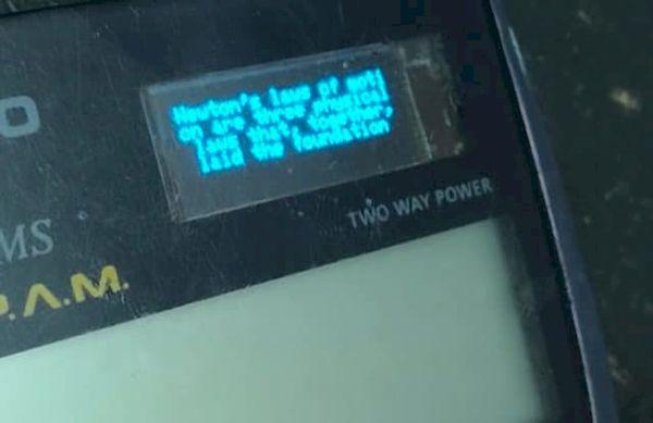 YouTuber hackeou uma Calculadora para acrescentar tela OLED e Wi-fi