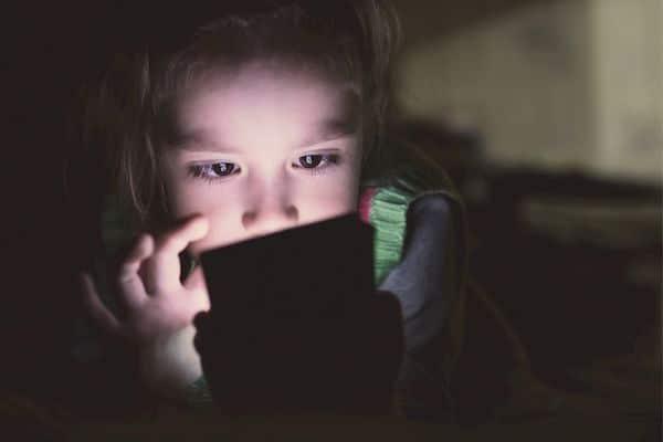 Como proteger os menores de idade contra abusadores no mundo digital