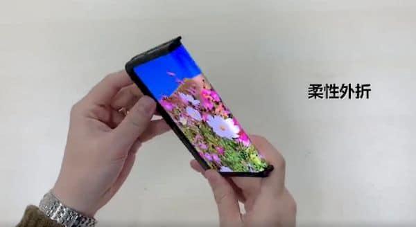 BOE revelou uma tela flexível de 360 graus que dobra para os dois lados