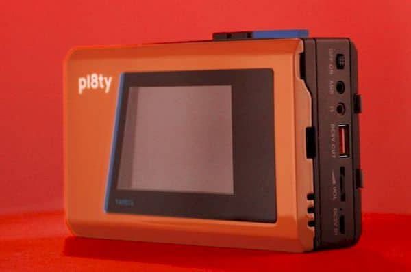 Pl8ty Alto-falante Bluetooth parece um Walkman e usa telefone com fita cassete