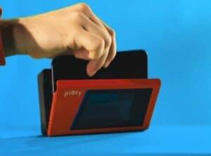 Alto-falante Bluetooth parece um Walkman e usa telefone com fita cassete